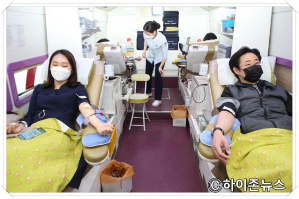 batch_[크기변환]강원랜드 직원들이 25일 혈액 수급난 극복을 위해  고한읍 일대에서 진행된 헌혈 캠페인에 동참하고 있다(2).jpg
